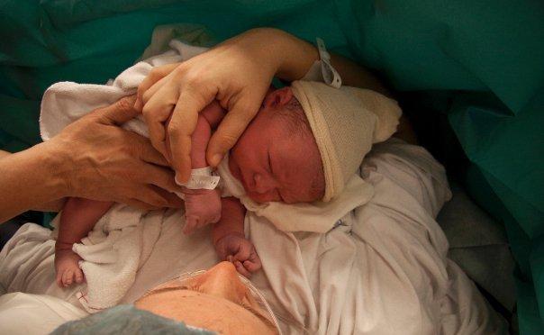 Kikhostaalarm och landstingsvalets viktiga fråga: rätten till barnmorskan