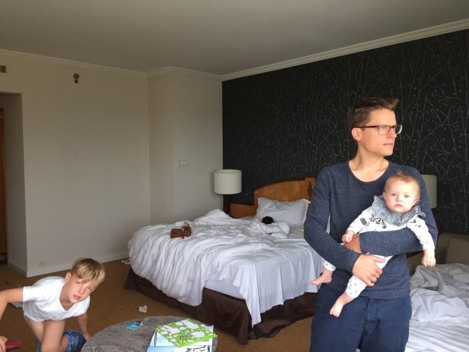 I ett rum i Paris med flygplatsutsikt